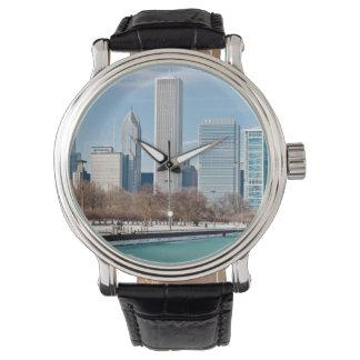 凍結するミシガン湖を渡るシカゴのスカイライン 腕時計