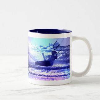 凧のサーフィンのコーヒーカップ ツートーンマグカップ