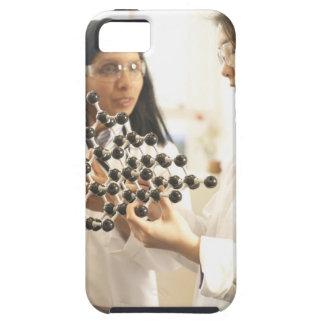 分子モデルを検査している科学者 iPhone SE/5/5s ケース