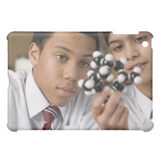 分子モデルを見ている学生 iPad MINIカバー