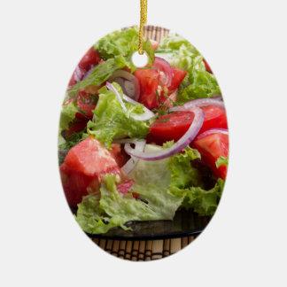 切り刻まれたトマトの切れのサラダが付いているクローズアップのプレート セラミックオーナメント