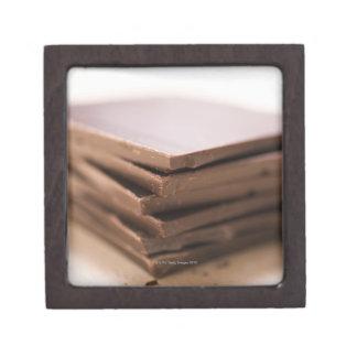 切り刻まれること準備ができたパン屋のチョコレートの積み重ね ギフトボックス