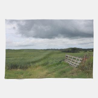 刈られた蹄鉄が付いている分野の前の塀のゲート キッチンタオル