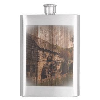初期のな納屋の木製の農家の製造所の水車 フラスク