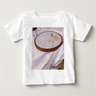 刺繍のタンブリン ベビーTシャツ