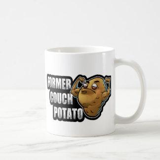 前のカウチ・ポテト族のエクササイズかフィットネスのデザイン コーヒーマグカップ