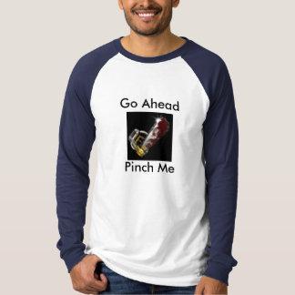 前方につまみます私を行って下さい Tシャツ