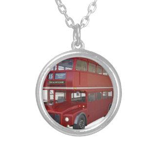 前部プロフィールの二重デッカーの赤いバス シルバープレートネックレス
