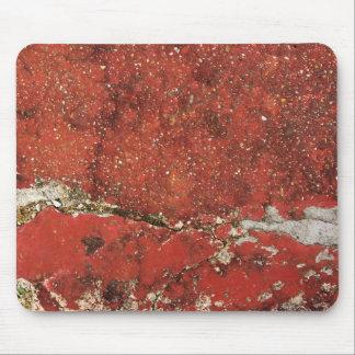 割れた赤いコンクリートの壁の織り目加工の背景のマット マウスパッド
