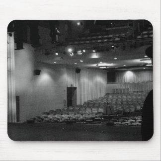 劇場のステージの白黒の写真 マウスパッド