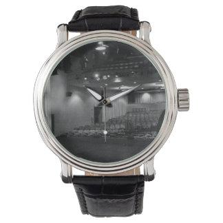劇場のステージの白黒の写真 腕時計