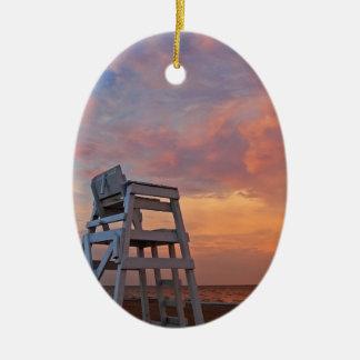 劇的な空が付いているライフガードの椅子 セラミックオーナメント
