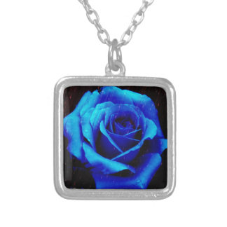 劇的な青のバラ シルバープレートネックレス