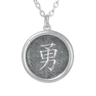 勇敢な漢字の灰色 シルバープレートネックレス