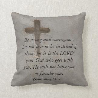 勇気についてのDeuteronomyの31:6の聖書の詩 クッション