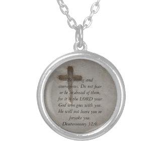 勇気についてのDeuteronomyの31:6の聖書の詩 シルバープレートネックレス