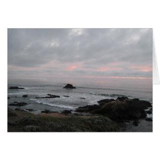 勇気付けられるカード: 日没の岩が多い海岸線 カード