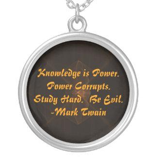 勉強の懸命は邪悪なネックレスであり、 シルバープレートネックレス