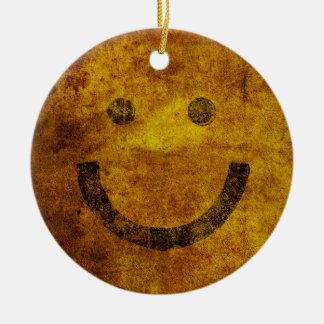 動揺してでにこやかで幸せな顔のクリスマスのオーナメント セラミックオーナメント