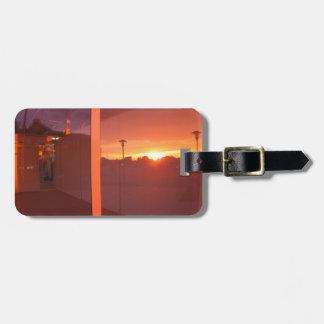 勝利に反映される日没の都市景観、 ラゲッジタグ