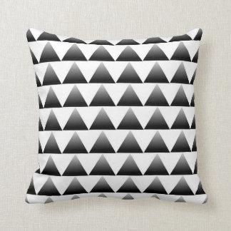 勾配の三角形パターン クッション