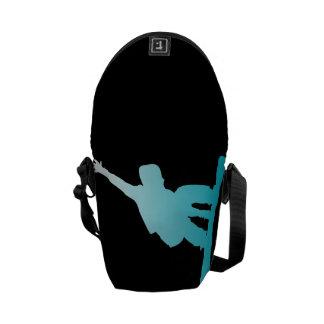 勾配の青のスノーボーダー メッセンジャーバッグ