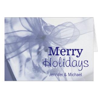 包まれたなギフトの上のクリスマスのオーナメント カード