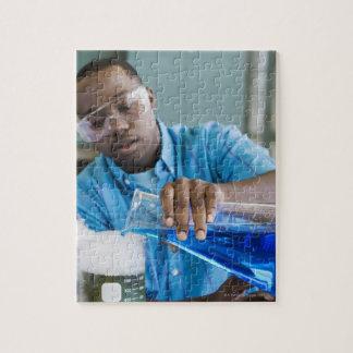 化学で実験を行っているアフリカの人 ジグソーパズル