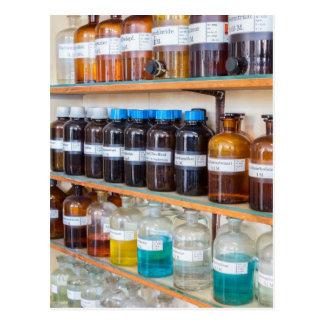化学のボトルの流動化学薬品の列 ポストカード