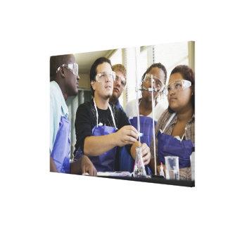 化学実験室で実験を行っている学生 キャンバスプリント