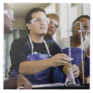 化学実験室で実験を行っている学生 タイル