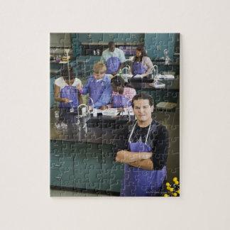 化学実験室に立っているヒスパニック学生 ジグソーパズル
