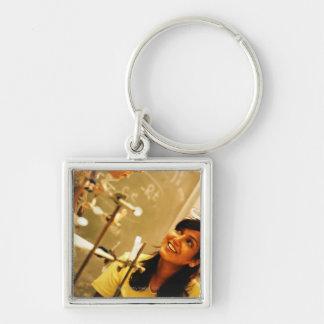 化学実験室の先生に微笑している女の子 キーホルダー