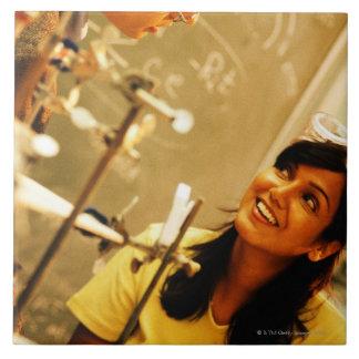 化学実験室の先生に微笑している女の子 タイル