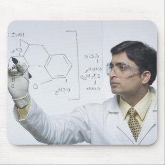 化学式を書いている科学者 マウスパッド