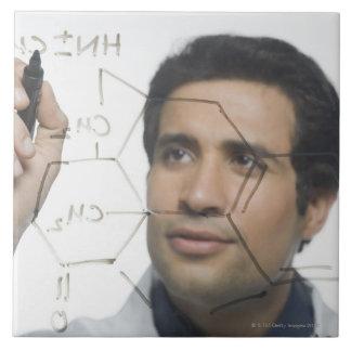 化学式2を書いている科学者 タイル