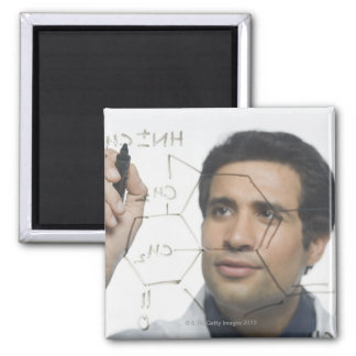 化学式2を書いている科学者 マグネット