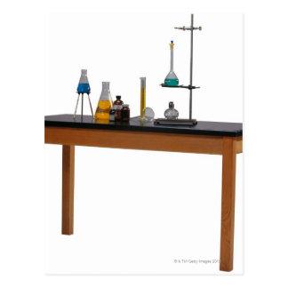 化学薬品が付いている実験室のテーブル ポストカード