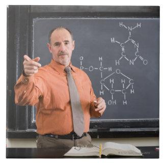 化学薬品の構造が付いている黒板による先生 タイル