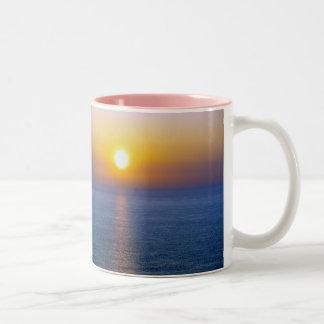 北のデボンHartlandの火山灰の日没(2) ツートーンマグカップ
