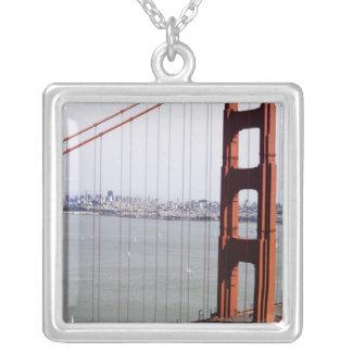 北アメリカ、米国、カリフォルニア、サンフランシスコ。 シルバープレートネックレス