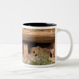 北アメリカ、米国、コロラド州。 崖に建てられた家 ツートーンマグカップ