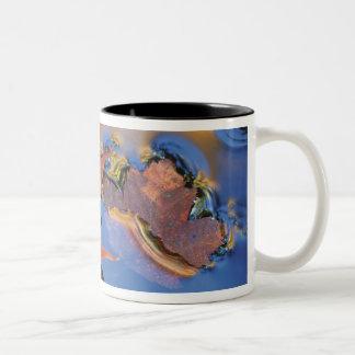 北東米国反射のカエデの葉 ツートーンマグカップ