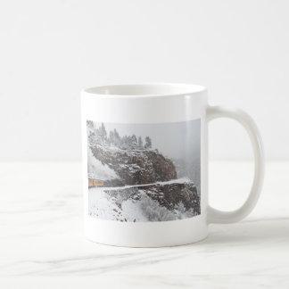 北極の滝の峡谷は表現します コーヒーマグカップ