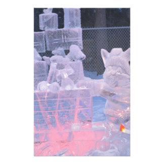 北極ギフトを切り分けている氷像のスポーツのな芸術家 便箋