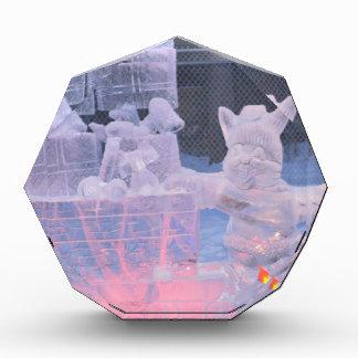 北極ギフトを切り分けている氷像のスポーツのな芸術家 表彰盾