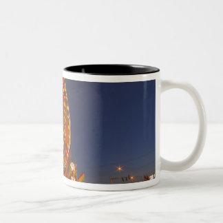 北西モンタナの薄暗がりの観覧車 ツートーンマグカップ