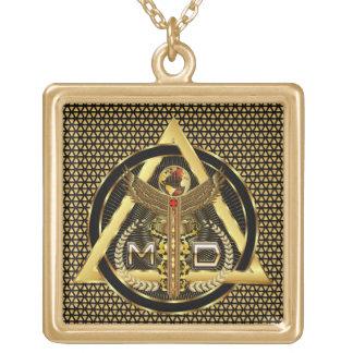 医者ロゴの正方形のデザインについての眺めだけ ゴールドプレートネックレス