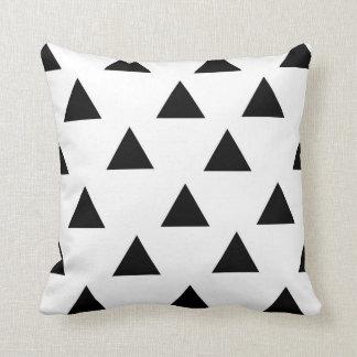 十代の若者たちのシンプルな三角形の枕 クッション