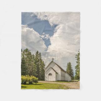 十字およびすばらしい雲が付いている田園白い教会 フリースブランケット